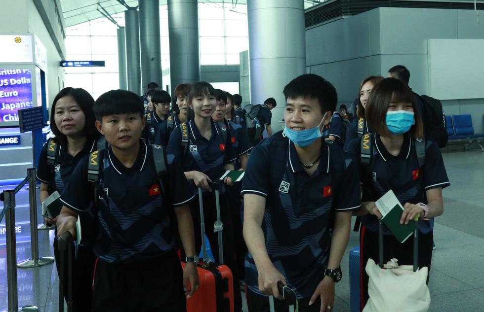 Tuyển nữ và U22 Việt Nam tươi cười lên đường dự SEA Games - Ảnh 2.