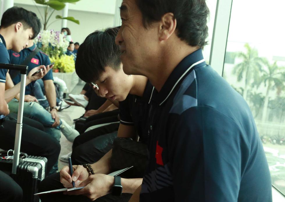 Tuyển nữ và U22 Việt Nam tươi cười lên đường dự SEA Games - Ảnh 10.