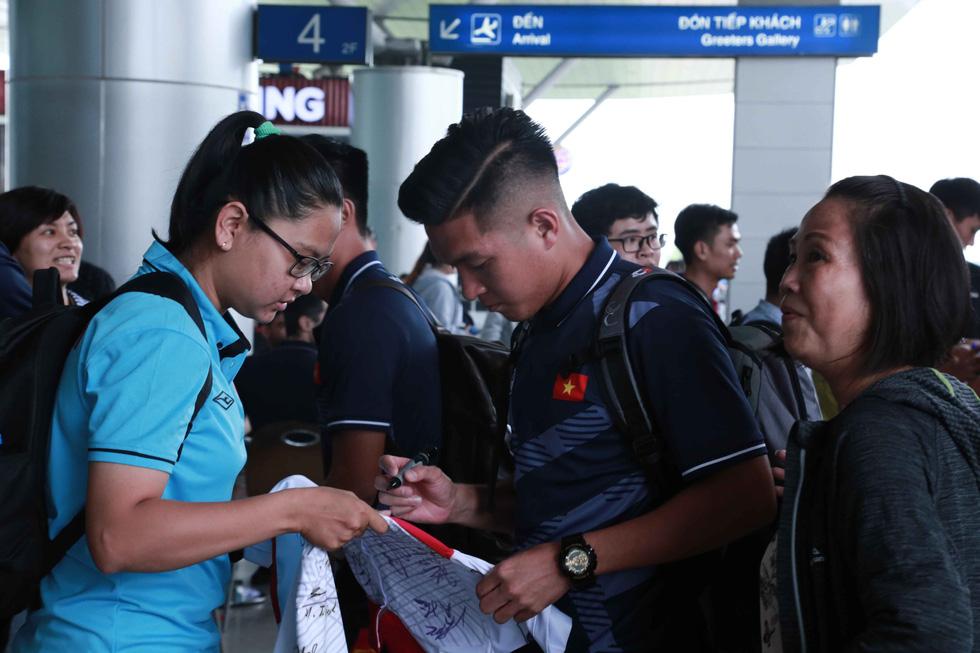 Tuyển nữ và U22 Việt Nam tươi cười lên đường dự SEA Games - Ảnh 6.