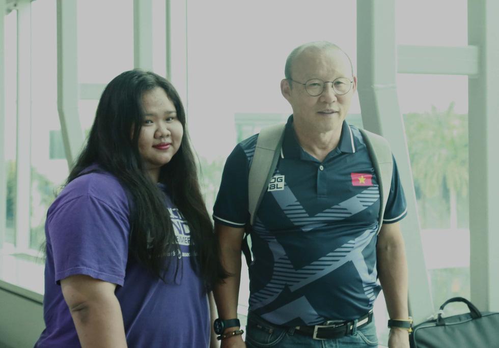 Tuyển nữ và U22 Việt Nam tươi cười lên đường dự SEA Games - Ảnh 12.