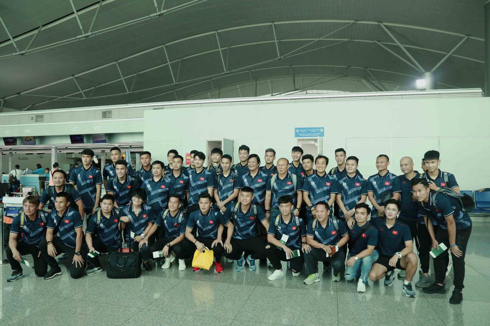 Tuyển nữ và U22 Việt Nam tươi cười lên đường dự SEA Games - Ảnh 14.