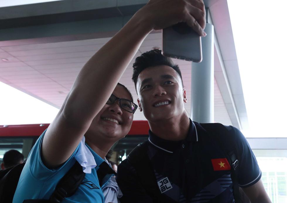 Tuyển nữ và U22 Việt Nam tươi cười lên đường dự SEA Games - Ảnh 7.