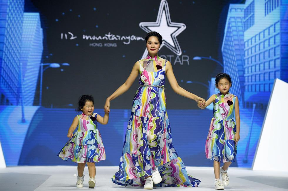 Ba mẹ con Hương Giang  cùng Tiểu Vy, HHen Niê diễn thời trang nhí - Ảnh 2.