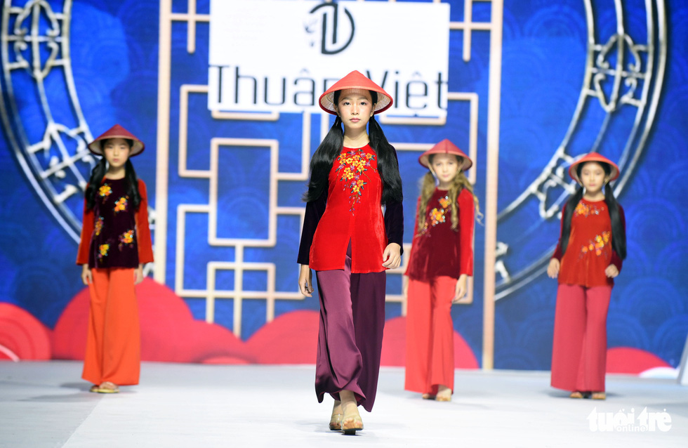 Ba mẹ con Hương Giang  cùng Tiểu Vy, HHen Niê diễn thời trang nhí - Ảnh 6.