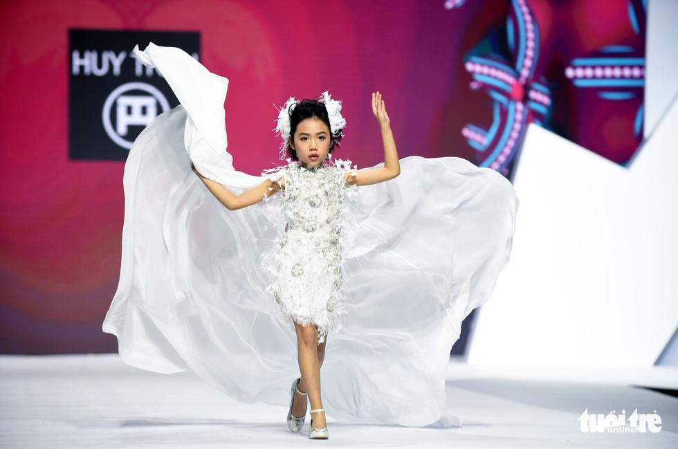 Ba mẹ con Hương Giang  cùng Tiểu Vy, HHen Niê diễn thời trang nhí - Ảnh 9.