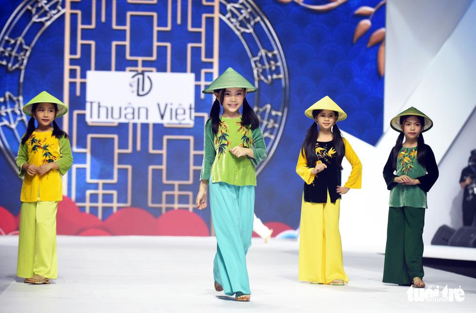 Ba mẹ con Hương Giang  cùng Tiểu Vy, HHen Niê diễn thời trang nhí - Ảnh 4.
