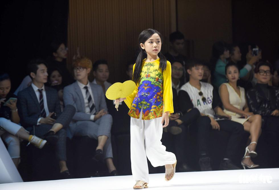 Ba mẹ con Hương Giang  cùng Tiểu Vy, HHen Niê diễn thời trang nhí - Ảnh 5.