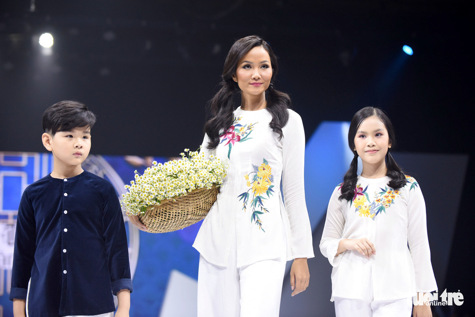 Ba mẹ con Hương Giang  cùng Tiểu Vy, HHen Niê diễn thời trang nhí - Ảnh 1.
