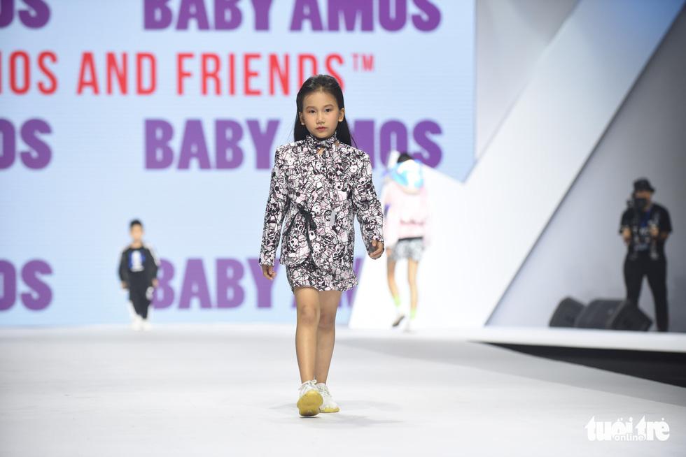 Ba mẹ con Hương Giang  cùng Tiểu Vy, HHen Niê diễn thời trang nhí - Ảnh 11.