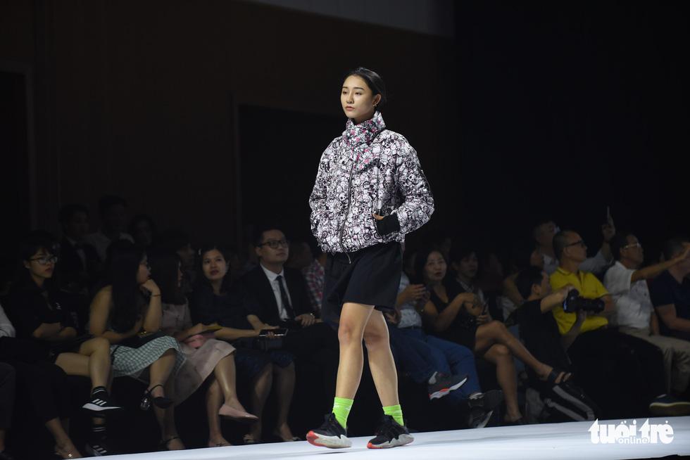 Ba mẹ con Hương Giang  cùng Tiểu Vy, HHen Niê diễn thời trang nhí - Ảnh 12.