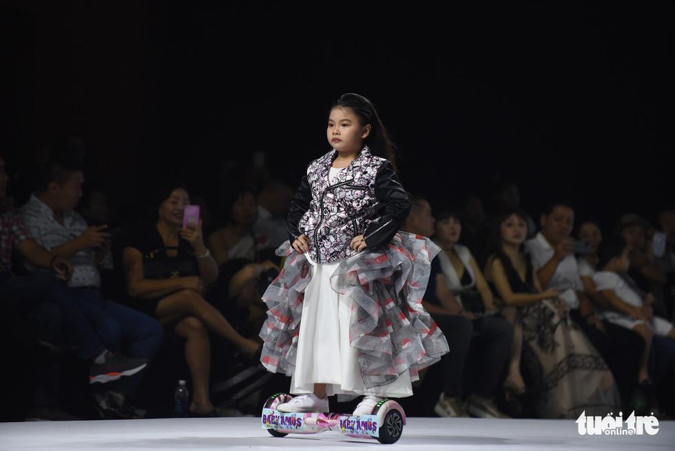 Ba mẹ con Hương Giang  cùng Tiểu Vy, HHen Niê diễn thời trang nhí - Ảnh 13.