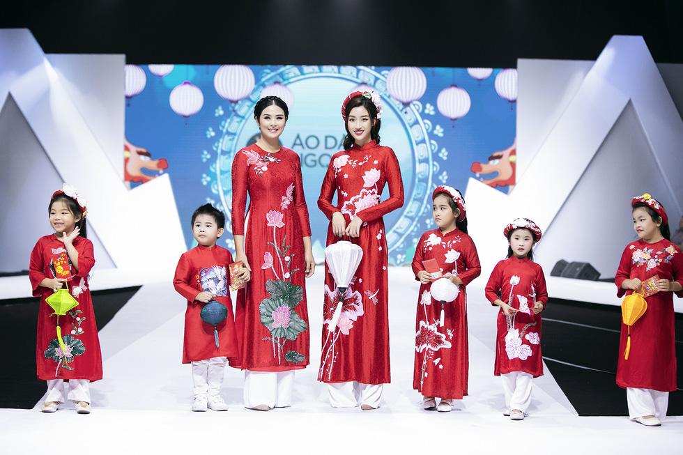 Hoa hậu Mỹ Linh mặc áo dài Ngọc Hân tại Tuần lễ thời trang thiếu nhi châu Á - Ảnh 1.