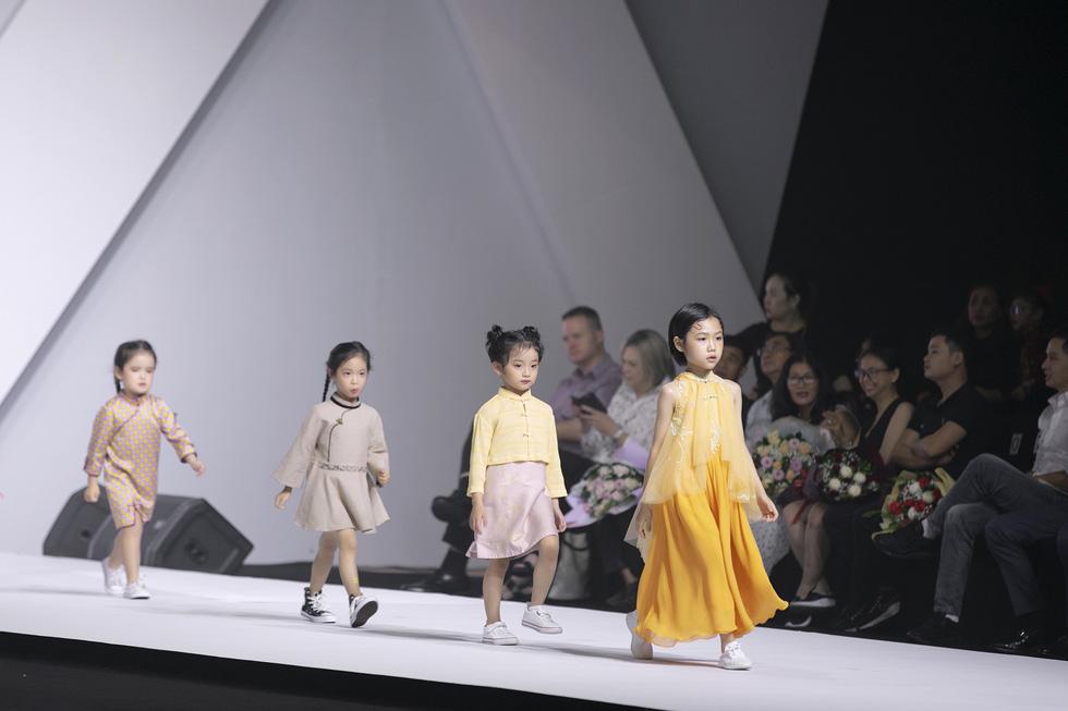 Hoa hậu Mỹ Linh mặc áo dài Ngọc Hân tại Tuần lễ thời trang thiếu nhi châu Á - Ảnh 2.