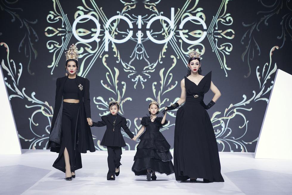 Hoa hậu Mỹ Linh mặc áo dài Ngọc Hân tại Tuần lễ thời trang thiếu nhi châu Á - Ảnh 3.
