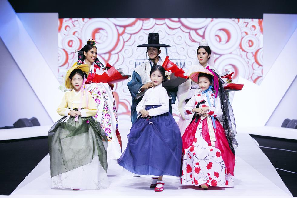 Hoa hậu Mỹ Linh mặc áo dài Ngọc Hân tại Tuần lễ thời trang thiếu nhi châu Á - Ảnh 4.