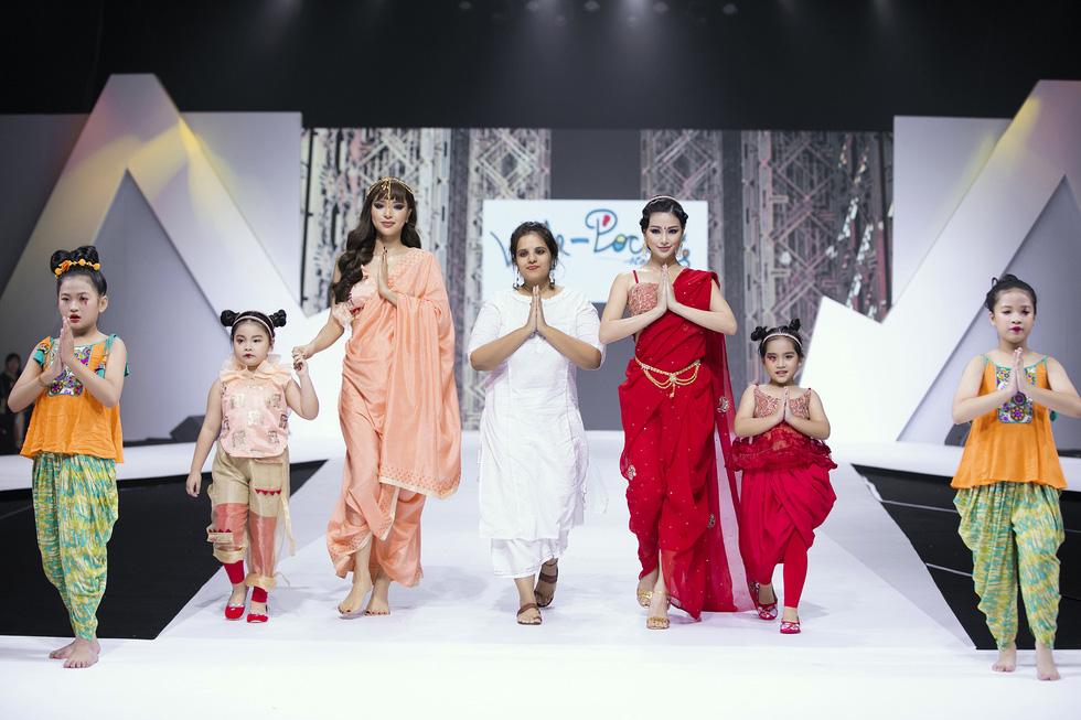 Hoa hậu Mỹ Linh mặc áo dài Ngọc Hân tại Tuần lễ thời trang thiếu nhi châu Á - Ảnh 5.