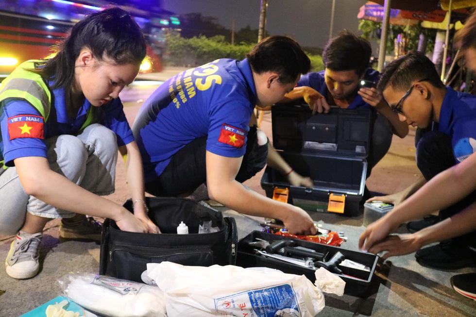 Biệt đội cứu hộ SOS miễn phí trong đêm - Ảnh 2.
