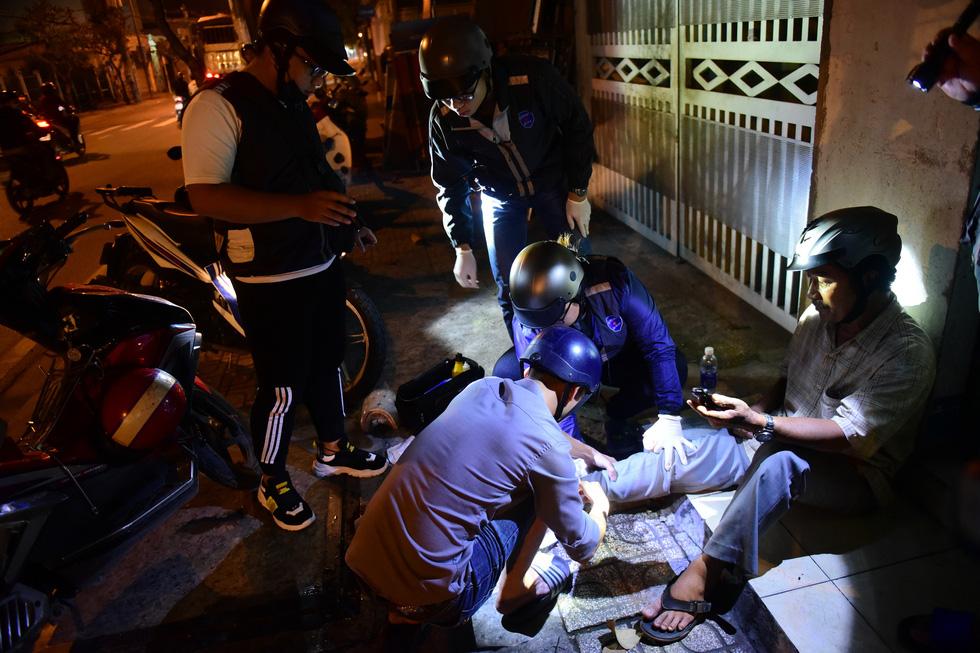 Biệt đội cứu hộ SOS miễn phí trong đêm - Ảnh 7.