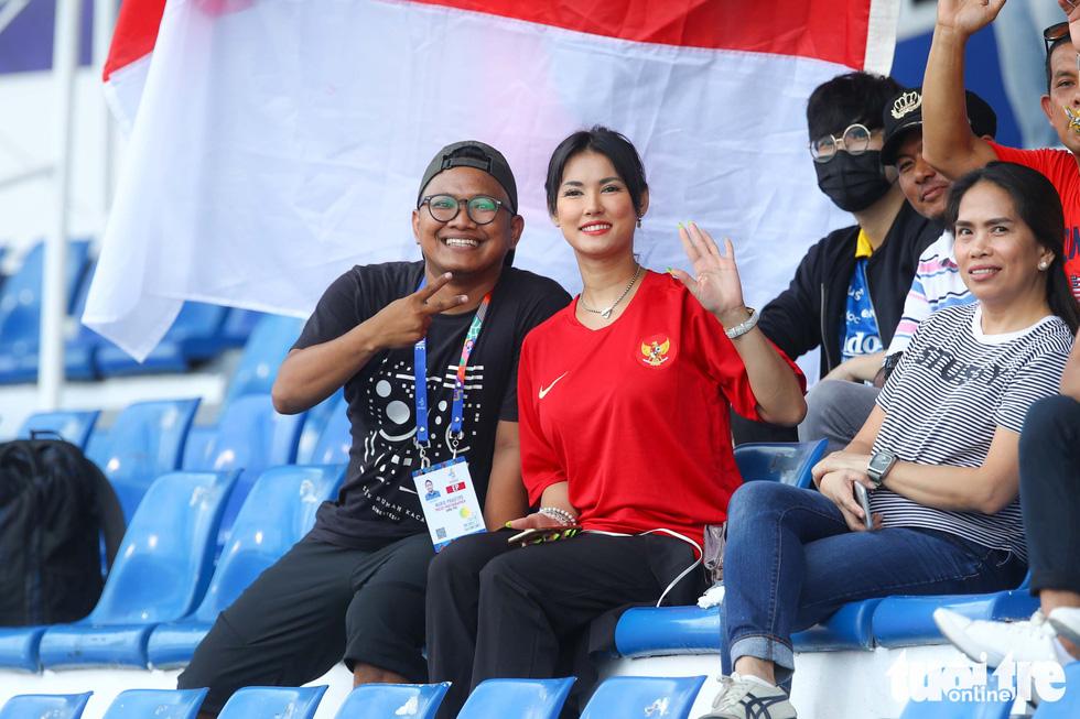 Maria Ozawa nóng bỏng trên khán đài trận đấu Thái Lan - Indonesia - Ảnh 3.