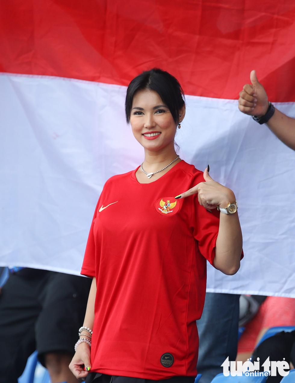 Maria Ozawa nóng bỏng trên khán đài trận đấu Thái Lan - Indonesia - Ảnh 2.