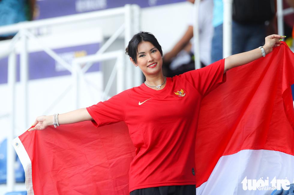 Maria Ozawa nóng bỏng trên khán đài trận đấu Thái Lan - Indonesia - Ảnh 6.