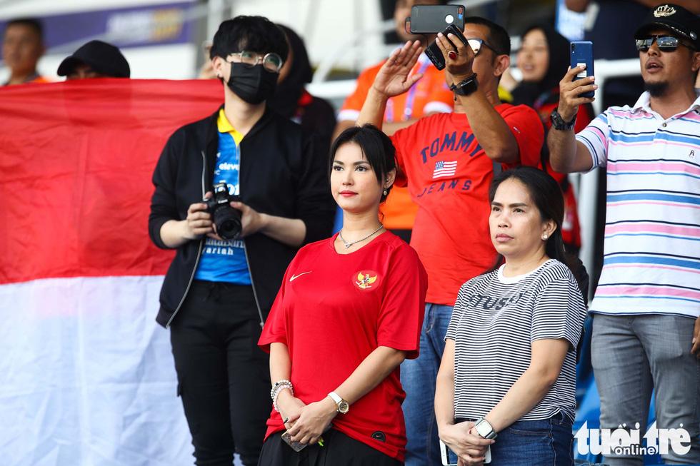 Maria Ozawa nóng bỏng trên khán đài trận đấu Thái Lan - Indonesia - Ảnh 5.