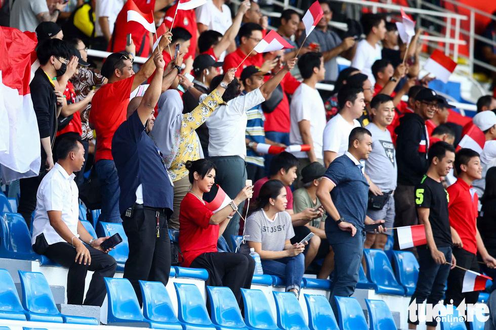 Maria Ozawa nóng bỏng trên khán đài trận đấu Thái Lan - Indonesia - Ảnh 4.