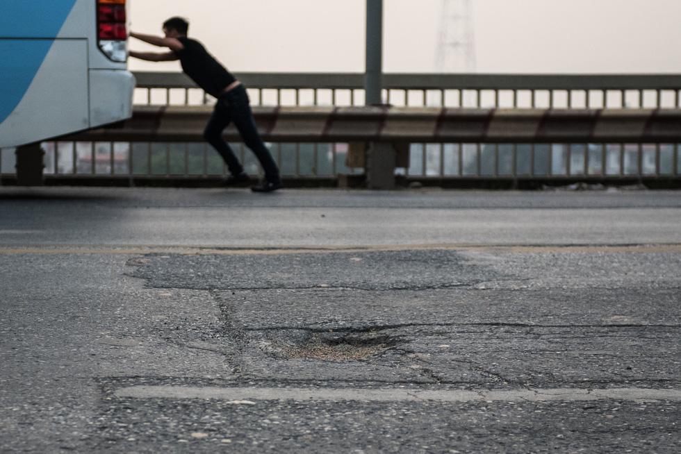 Cận cảnh ổ gà hố voi trên mặt cầu Thăng Long sau nhiều lần sửa rồi lại hỏng - Ảnh 3.