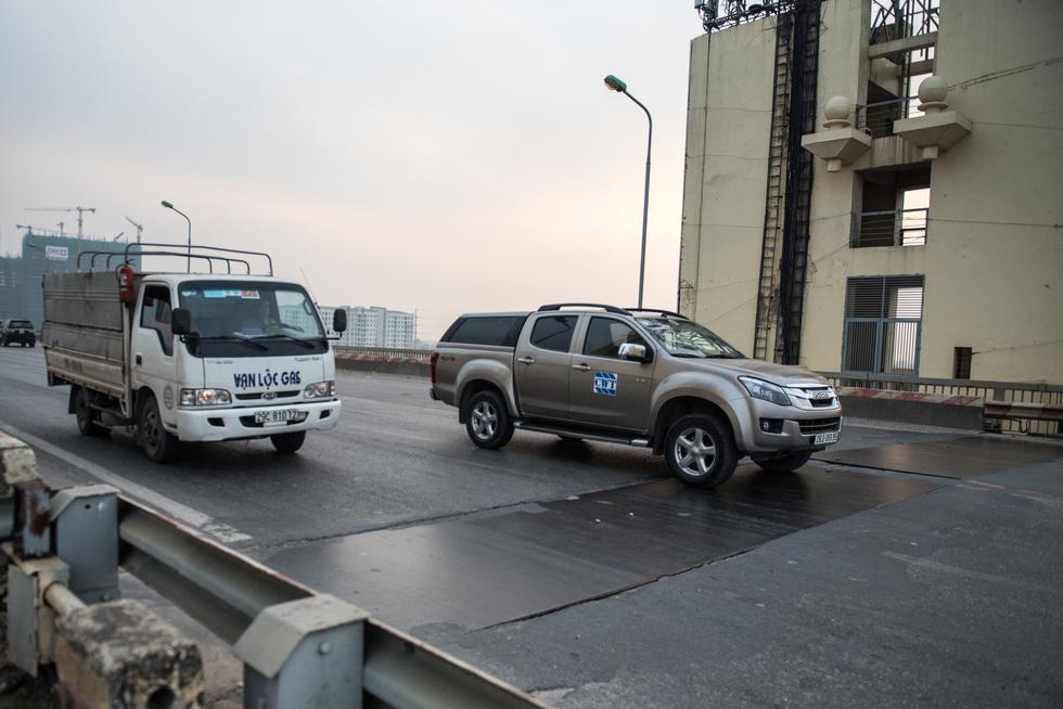 Cận cảnh ổ gà hố voi trên mặt cầu Thăng Long sau nhiều lần sửa rồi lại hỏng - Ảnh 6.