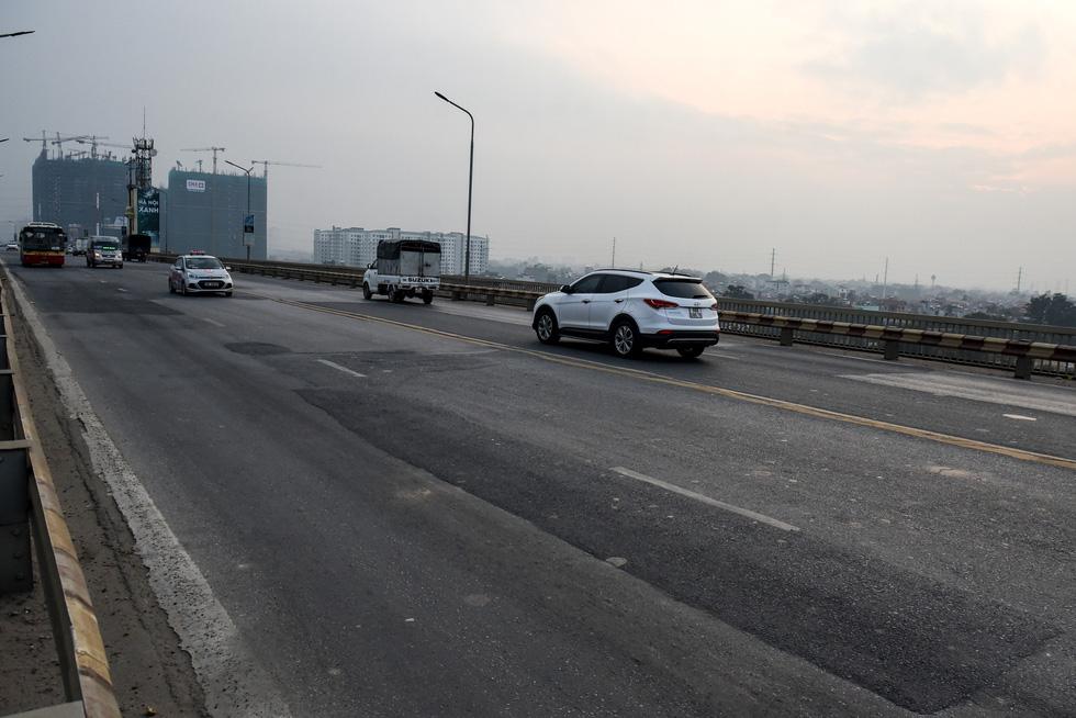 Cận cảnh ổ gà hố voi trên mặt cầu Thăng Long sau nhiều lần sửa rồi lại hỏng - Ảnh 7.