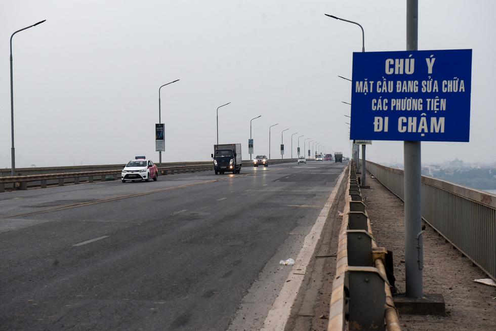 Cận cảnh ổ gà hố voi trên mặt cầu Thăng Long sau nhiều lần sửa rồi lại hỏng - Ảnh 9.
