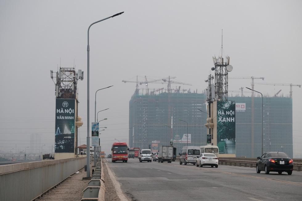 Cận cảnh ổ gà hố voi trên mặt cầu Thăng Long sau nhiều lần sửa rồi lại hỏng - Ảnh 4.
