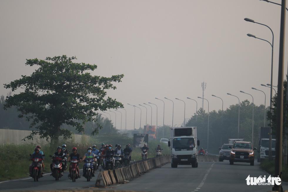 Sương mù trắng xoá bao phủ TP.HCM  - Ảnh 4.