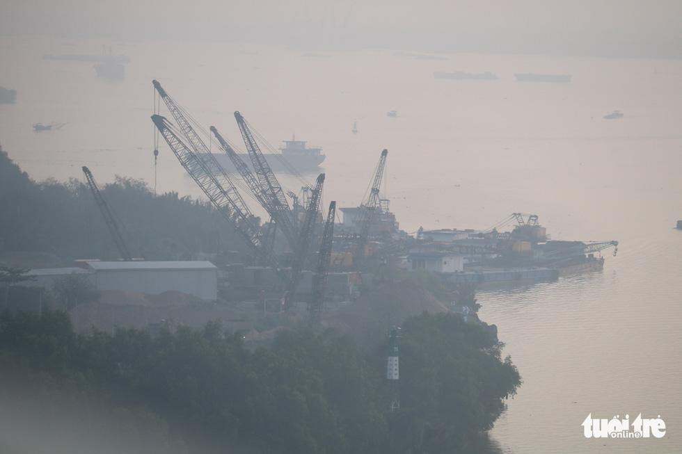 Sương mù trắng xoá bao phủ TP.HCM  - Ảnh 7.