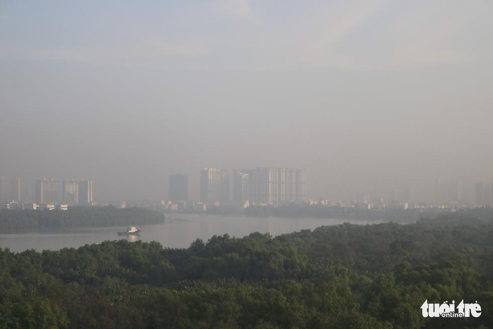 Sương mù trắng xoá bao phủ TP.HCM  - Ảnh 8.