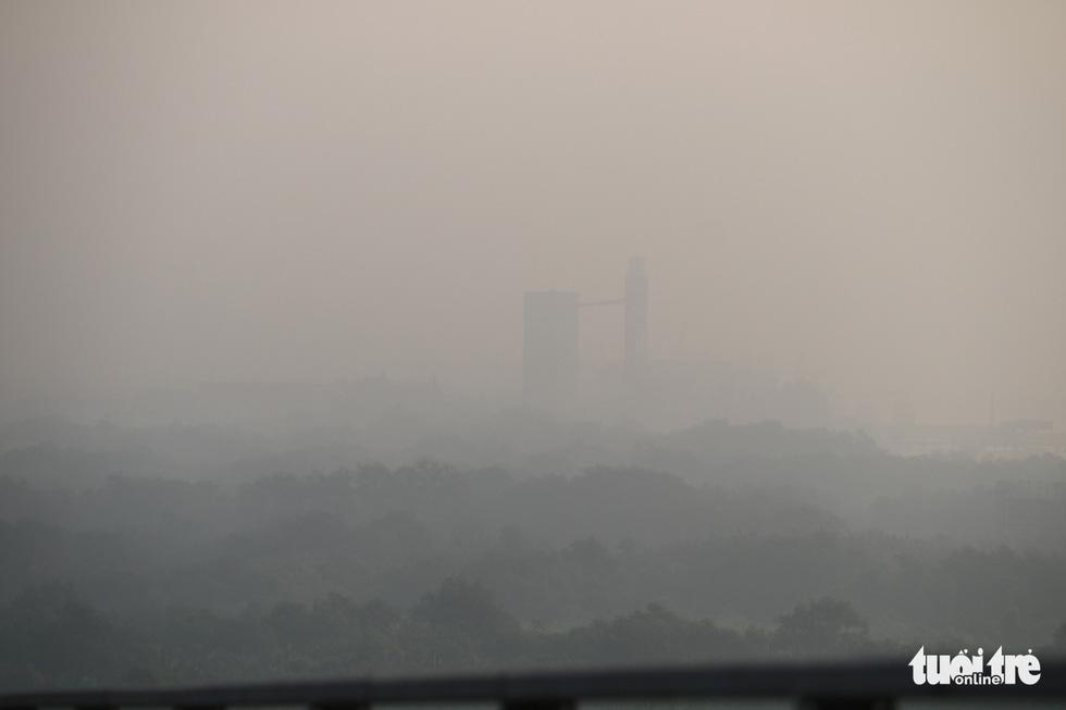 Sương mù trắng xoá bao phủ TP.HCM  - Ảnh 10.