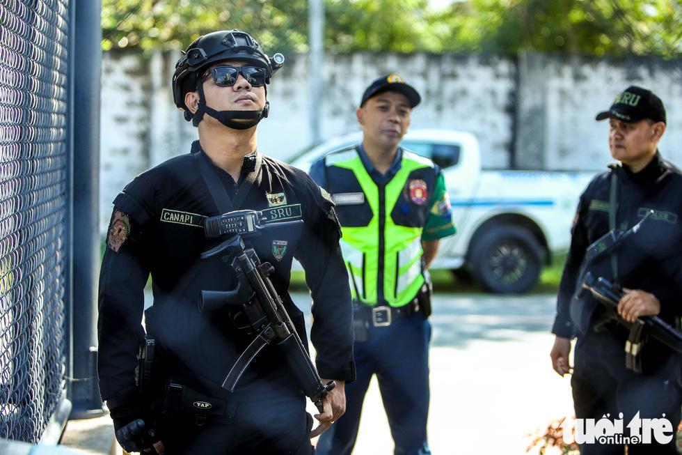 Cảnh sát đặc nhiệm Philippines cầm súng bảo vệ buổi tập của U22 Việt Nam - Ảnh 2.