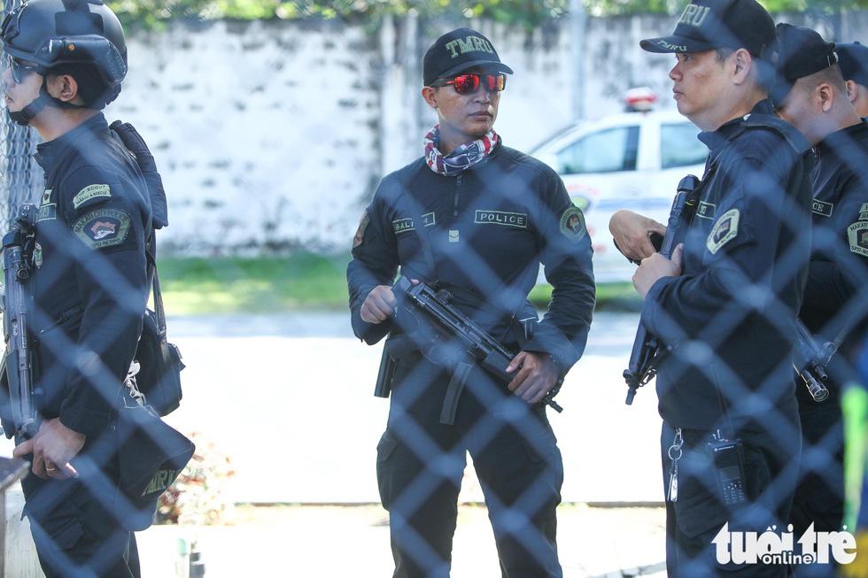 Cảnh sát đặc nhiệm Philippines cầm súng bảo vệ buổi tập của U22 Việt Nam - Ảnh 3.