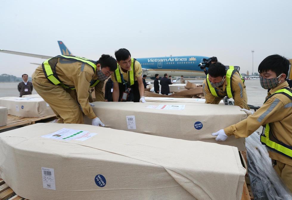 Hình ảnh 16 trong 39 thi hài người Việt tử nạn ở Anh về đến sân bay Nội Bài - Ảnh 1.