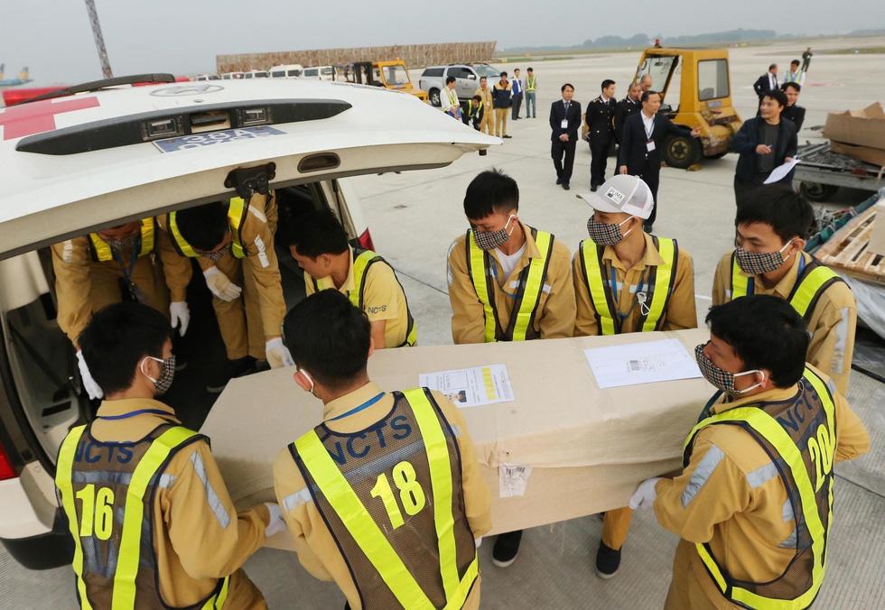 Hình ảnh 16 trong 39 thi hài người Việt tử nạn ở Anh về đến sân bay Nội Bài - Ảnh 3.