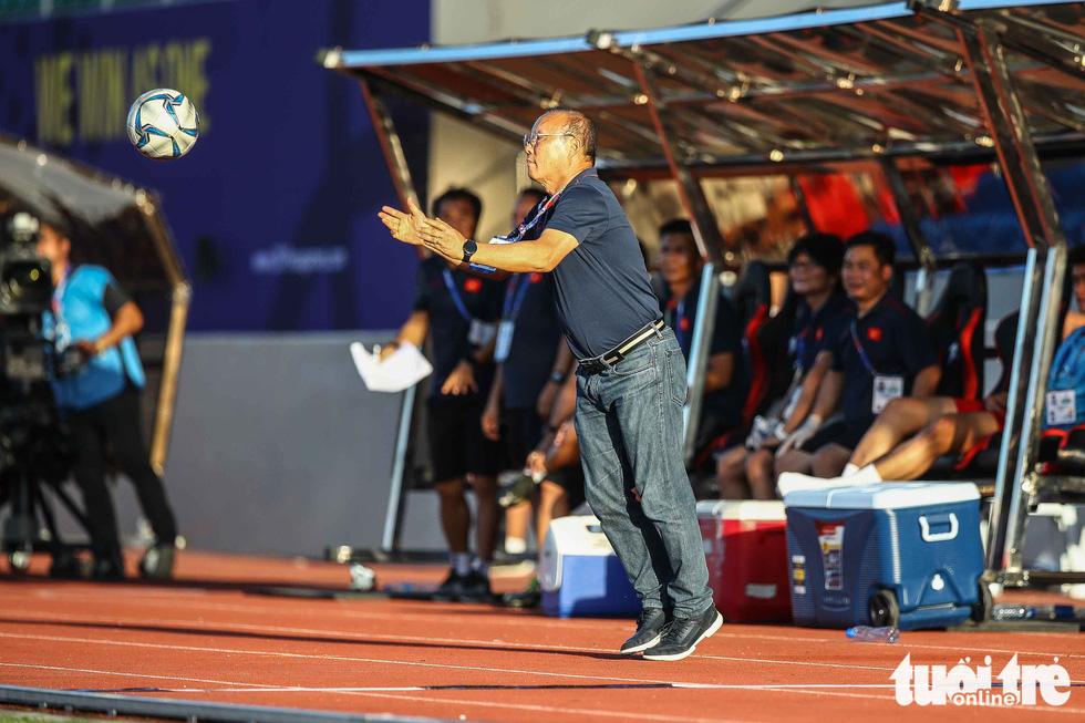 Biểu cảm đáng yêu của ông Park Hang Seo trong trận thắng trước Lào - Ảnh 1.