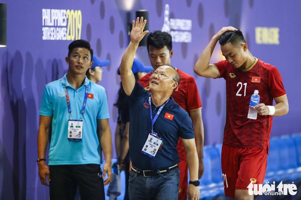 Biểu cảm đáng yêu của ông Park Hang Seo trong trận thắng trước Lào - Ảnh 10.