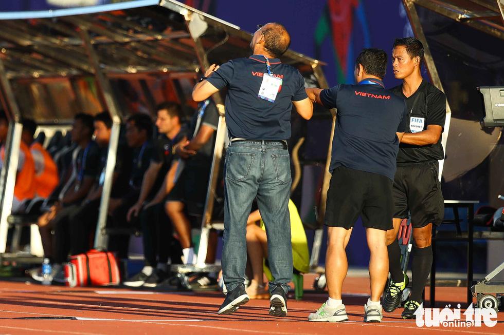 Biểu cảm đáng yêu của ông Park Hang Seo trong trận thắng trước Lào - Ảnh 3.