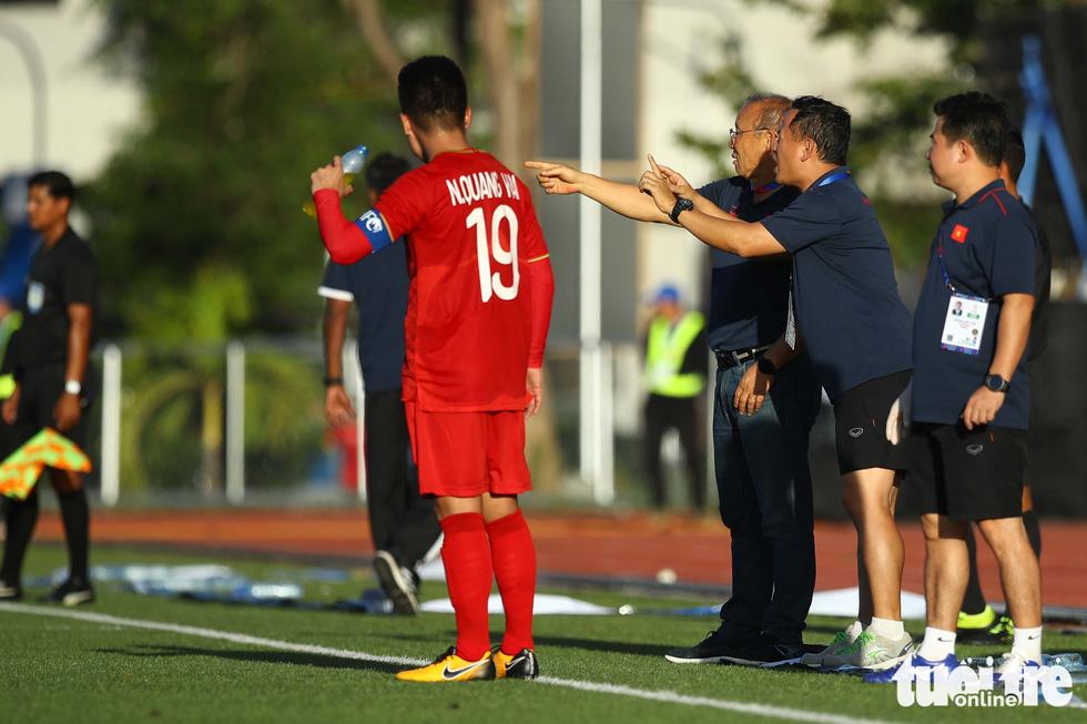 Biểu cảm đáng yêu của ông Park Hang Seo trong trận thắng trước Lào - Ảnh 5.