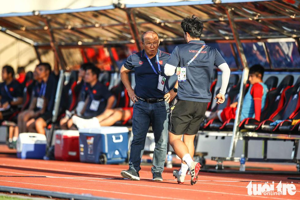 Biểu cảm đáng yêu của ông Park Hang Seo trong trận thắng trước Lào - Ảnh 7.