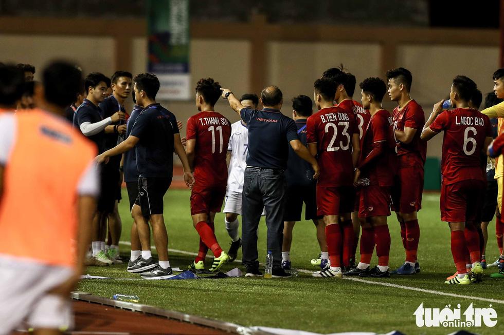 Biểu cảm đáng yêu của ông Park Hang Seo trong trận thắng trước Lào - Ảnh 8.