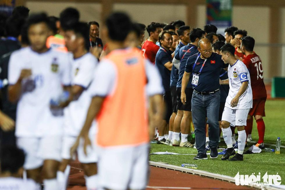 Biểu cảm đáng yêu của ông Park Hang Seo trong trận thắng trước Lào - Ảnh 9.