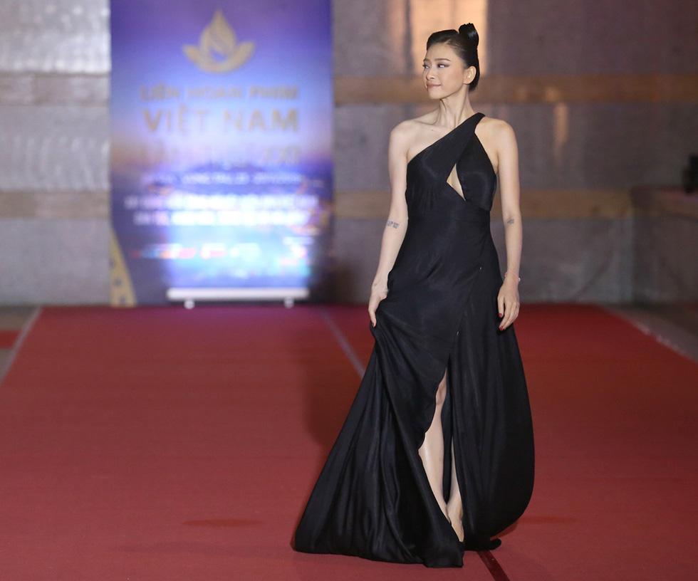 Ngô Thanh Vân, Liên Bỉnh Phát cùng dàn sao trên thảm đỏ Liên hoan phim Việt Nam - Ảnh 1.
