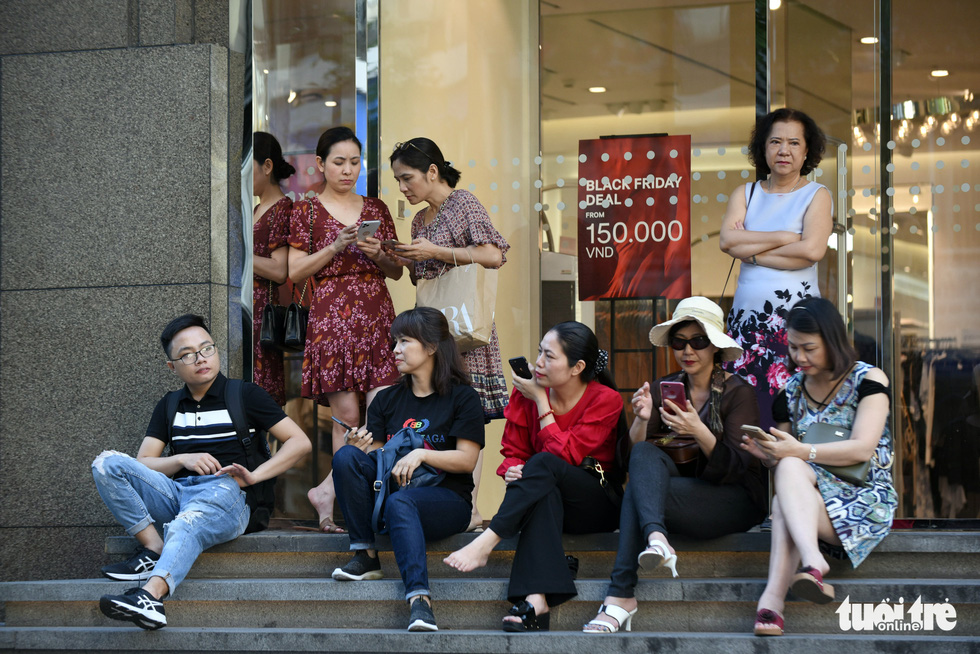Giới trẻ Sài Gòn đổ xô đi săn hàng hiệu dịp Black Friday - Ảnh 3.