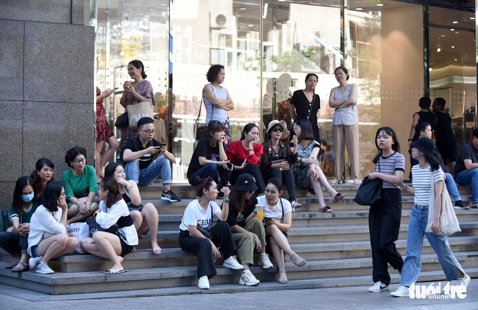 Giới trẻ Sài Gòn đổ xô đi săn hàng hiệu dịp Black Friday - Ảnh 1.